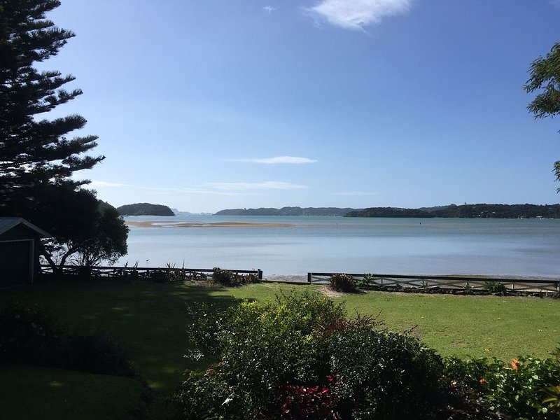 Secluded Beachfront Home with your very own beach, location de vacances à Bay of Islands