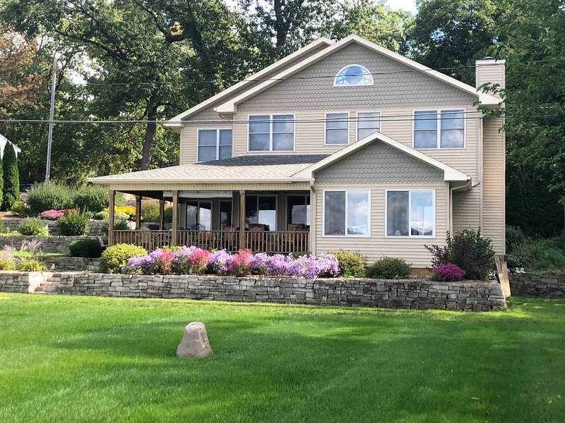 HUGE LAKEFRONT HOME ON ALL SPORTS LAKE, holiday rental in Colon
