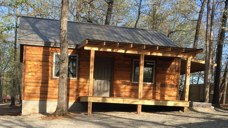 Fall Creek Cabins family friendly 1 mile from Lake Norfork , Mtn. Home Ar., aluguéis de temporada em Salesville