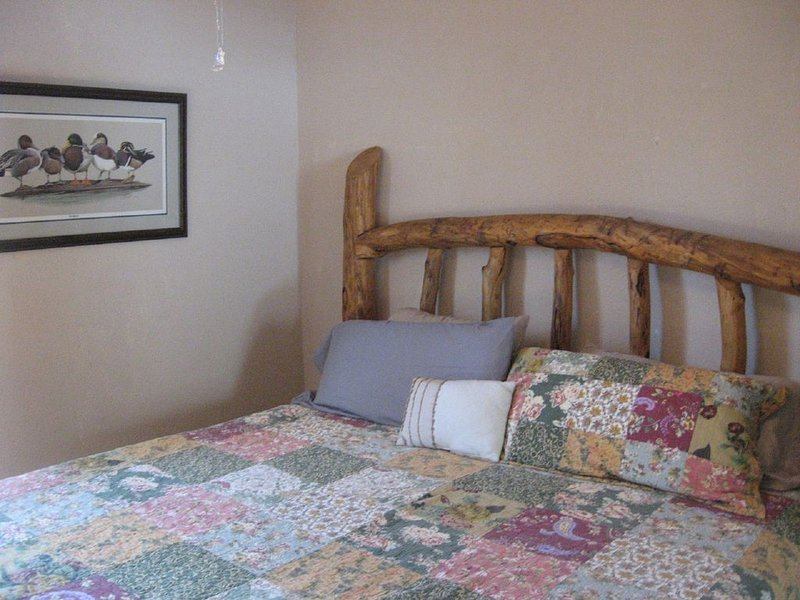 Sweet Retreat Bungalow 1880's with hiking, dog friendly and stocked kitchen, location de vacances à Buena Vista