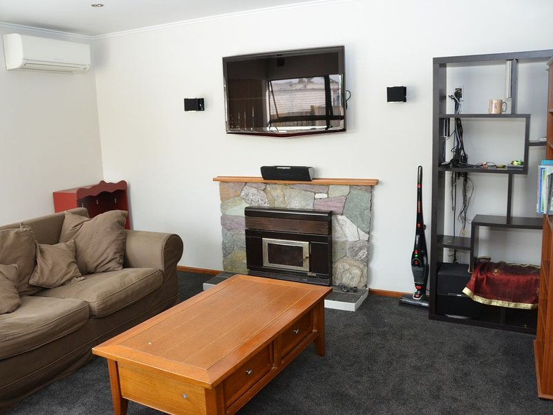 Cozy Home in the East of Auckland Whole House - Fully Furnished, casa vacanza a Clevedon