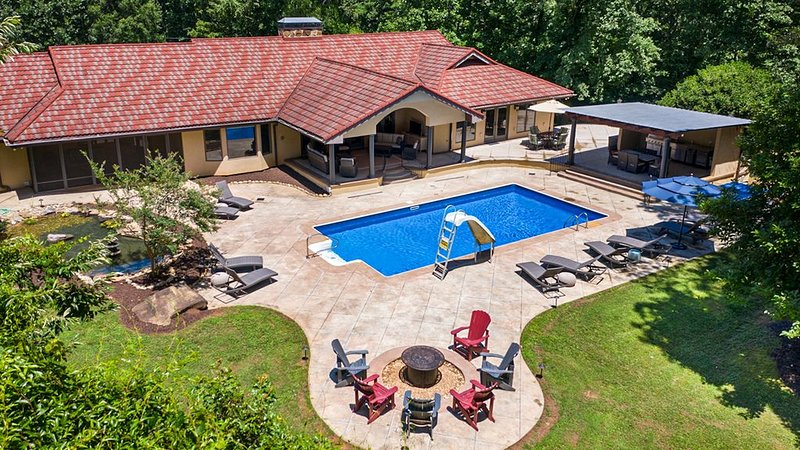 Large 6-bedroom house with dream backyard! The ultimate getaway!, location de vacances à Gillsville