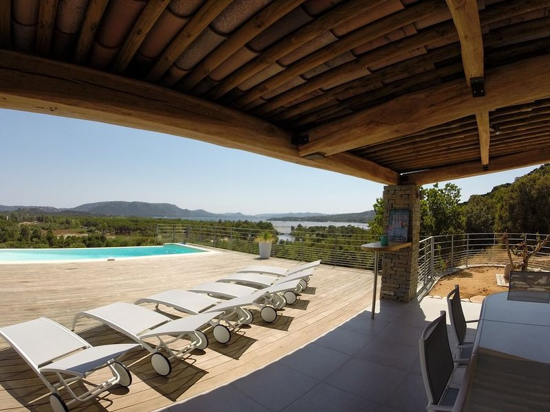 Magnificent villa with spectacular panoramic sea view and private swimming pool, location de vacances à Lecci