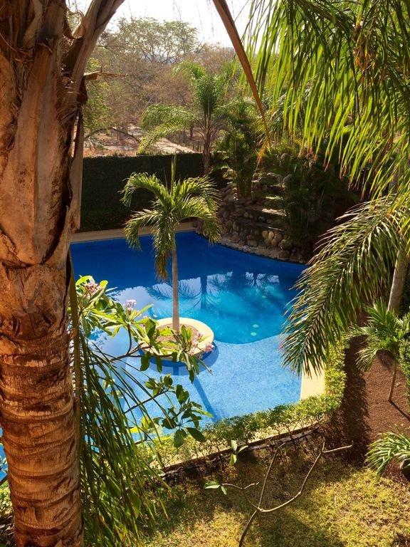 A bela vista para a nossa piscina do nosso quarto principal ...