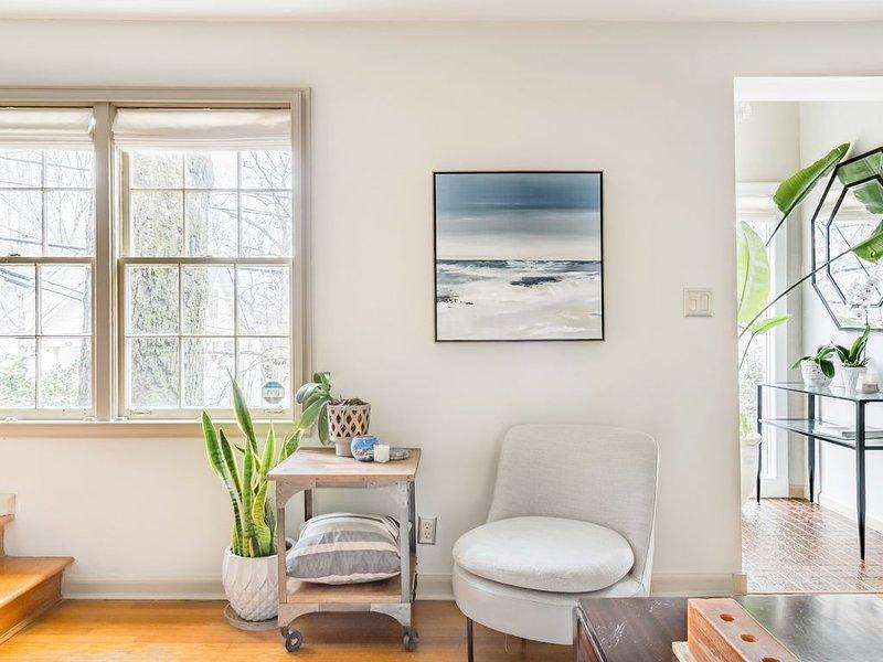 Wohnzimmer mit viel Licht, lebenden Pflanzen und modernen Möbeln.