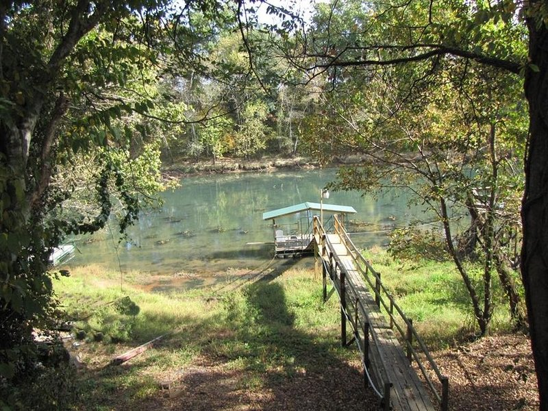 310 Feet of Little Red River. Trout Fishing world renown!, alquiler de vacaciones en Tumbling Shoals