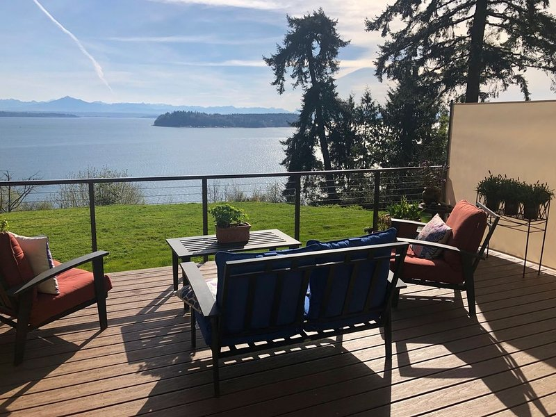 FIRST LIGHT on Whidbey - Puget Sound/Mountains Sunrise View- no cleaning fee, casa vacanza a Langley