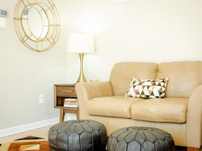 The Academy Suite 1 - NEW LISTING! Sleeps 10, Greatest area in Winnipeg, vacation rental in Manitoba