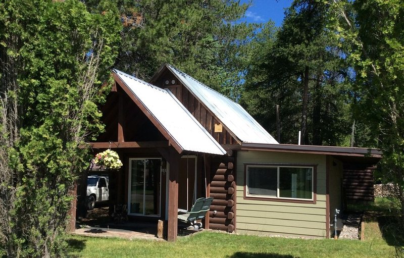 Experience Montana, cabin in town, 5g wifi(rare in this area), Ferienwohnung in Hungry Horse