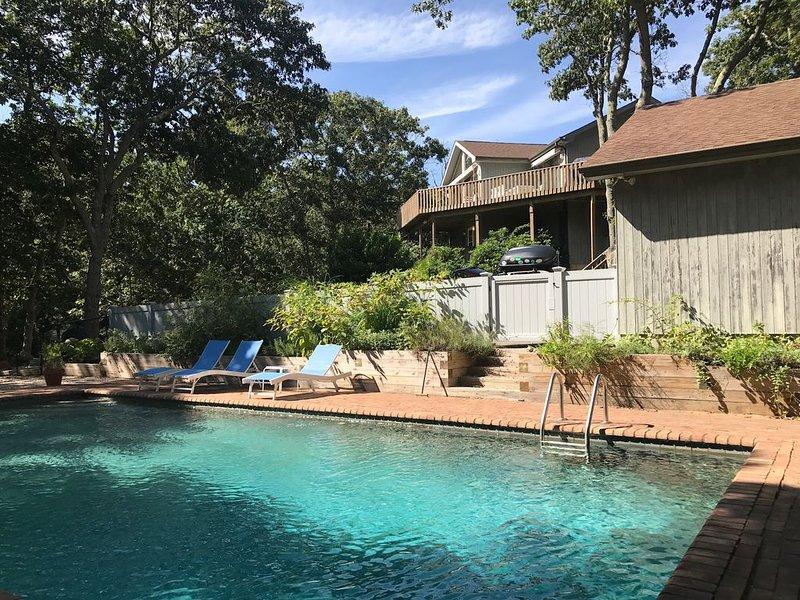 Bright and airy beach house with heated pool- minutes from everything fun!, location de vacances à Montauk