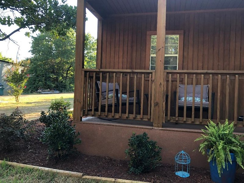The Landing, Lake Murray State Park, 1- mile from boat ramp! Cabin sleeps 4, holiday rental in Burneyville