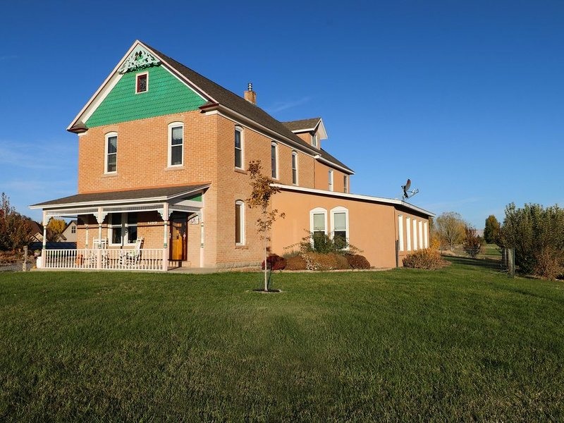 ***HOT TUB*** Historic Tilliview House ~ 3100 Sq Ft ~ 1 Acre ~ Heart Of Fruita !, holiday rental in Fruita