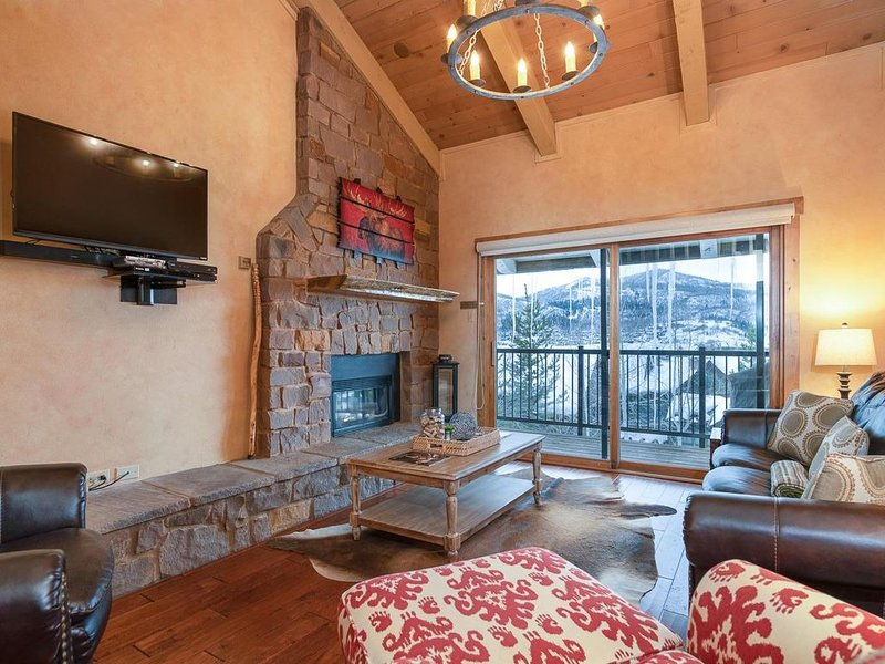 VAULTED CEILINGS, GIANT VIEWS-WALK/BUS TO GONDOLA SQUARE! 2 BR/2 BA POOL HOT TUB, holiday rental in Steamboat Springs