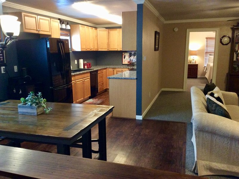 Dog Friendly South Canyon Lake 2+BR 4 adult ONLY - w/ boat parking -WORD # L1522, casa vacanza a Spring Branch