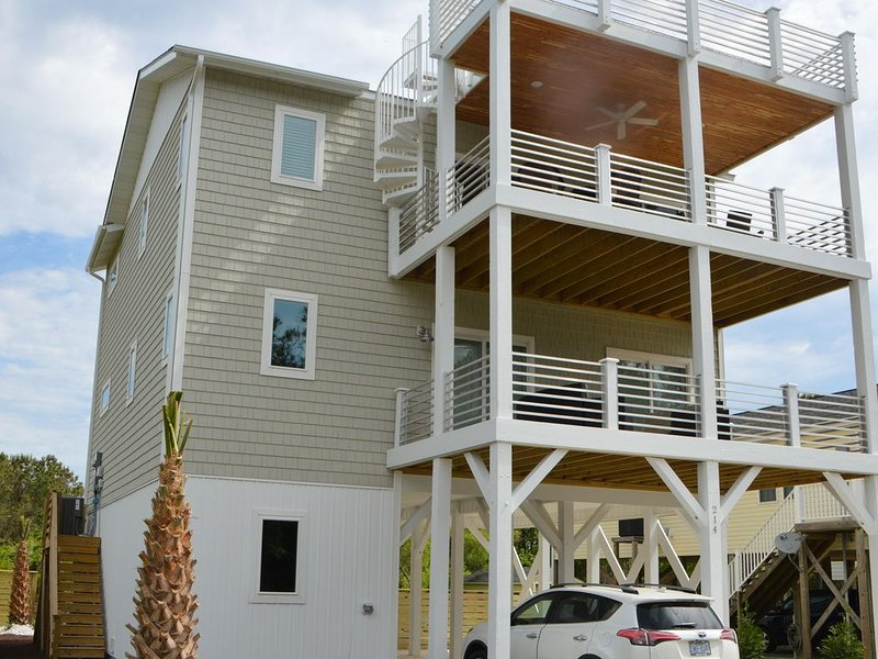 Stunning! 4BR/3Ba (sleeps 10) with SwimSpa, Elevator and Pets Welcome, Ferienwohnung in Carolina Beach