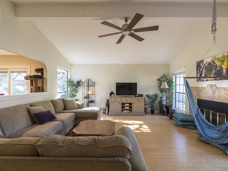 Big Blue House - 15-20min->DT / South Central, holiday rental in Manchaca