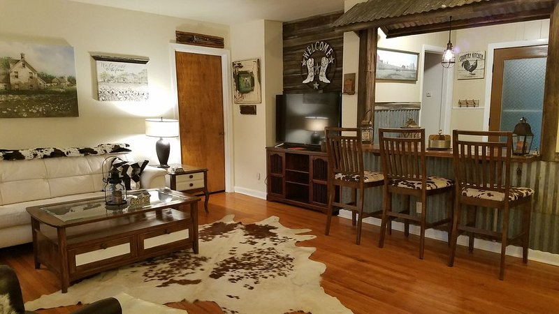 WILD WILD WEST HOME,Close to SILOS ,MAGNOLIA TABLE, Shopping, EATERIES, LAKE!, holiday rental in Lorena