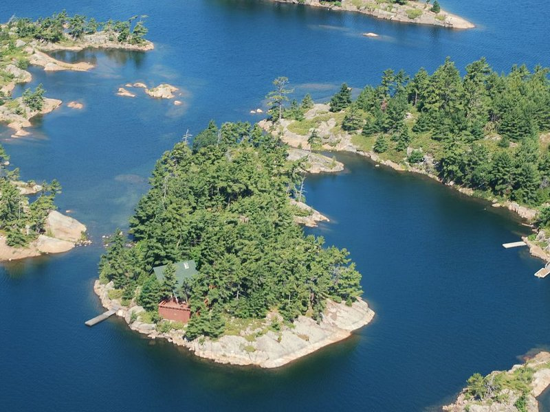 Luxury Cabin Atop A 1.3 Acre Private Island - Sun, Ski, Kayak, Sail, Read, Relax – semesterbostad i Northeastern Ontario