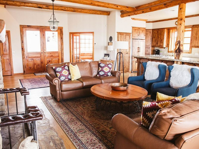 Log Cabin Oasis with Wrap Around Deck, Sweeping View of San Juans, alquiler vacacional en Montrose