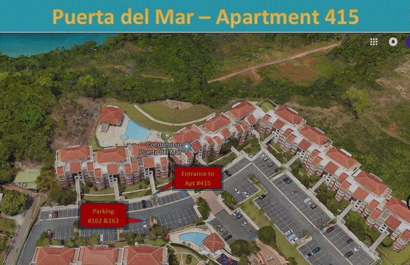 Vue aérienne de l'entrée du condo et du parking.