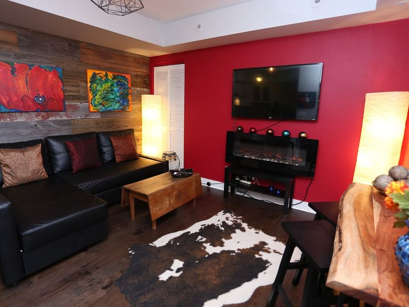 Romantic & beautiful, Liberty Village 1 bedroom town home with Artistic Charm!, alquiler de vacaciones en Toronto