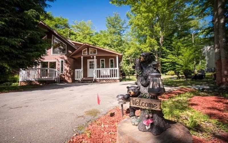 Gorgeous Pocono 4BR/2BA Craftsman Cabin w/Jacuzzi Located 12 Mins from Kalahari, vacation rental in Tobyhanna
