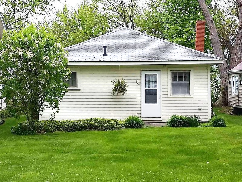A charming 1930s cottage overlooking Lake Erie – semesterbostad i Girard