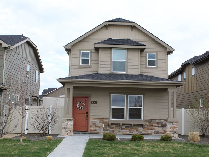 Dog friendly stunning home in newer subdivision close to Micron!, holiday rental in Boise