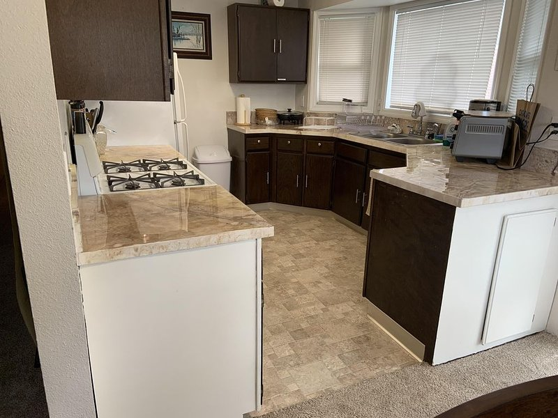 3 Bedrooms, 2 Bath, deck and BBQ, fenced in yard, holiday rental in Anchorage