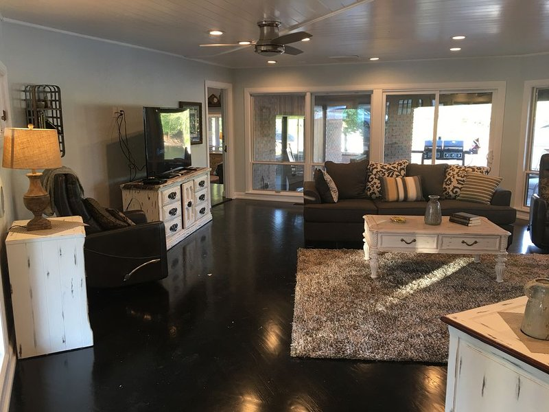 Beautiful Lakefront Home with Free Access to Pool and Boat Slips, holiday rental in Fairland
