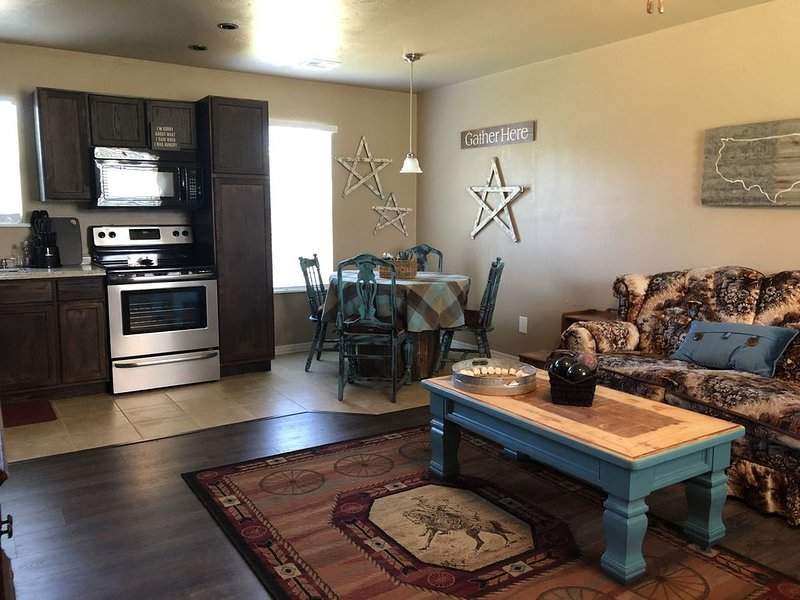 Bienvenue à Rustic Retreat! Il a un concept ouvert salon, salle à manger et cuisine.