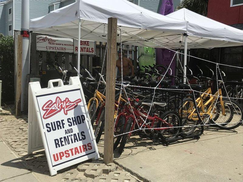 Justo al lado puedes alquilar bicicletas, tablas de surf, kayaks, SUP, equipamiento de playa.