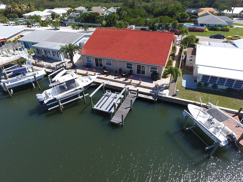 A Canal side house dock your boat at the house, vacation rental in Jensen Beach