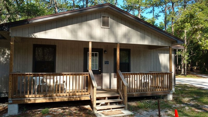 Beautiful lake front property with fully furnished cabins!, holiday rental in Pierson