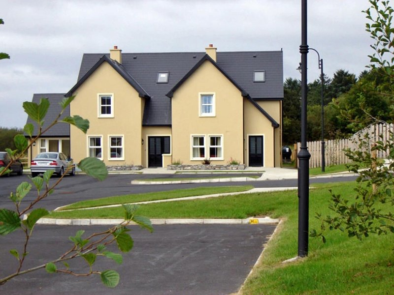 Cosy house, sleeps six, set in tranquil location. Less than one km from Kenmare., vacation rental in Kilgarvan