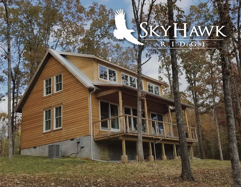Awesome New Home at Sky Hawk Ridge, a 185-acre Refuge on the Buffalo River, location de vacances à Everton