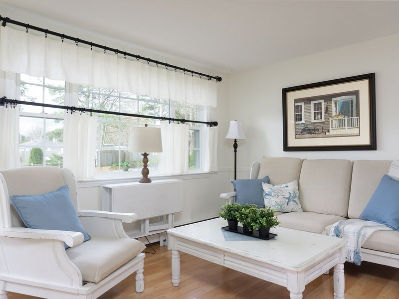 Bright inviting West Yarmouth cottage near beaches, restaurants and family fun, holiday rental in Yarmouth