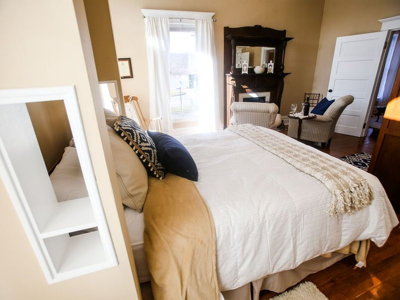 Unique, quiet, private, charming suite in the heart of downtown Huntington., holiday rental in Huntington