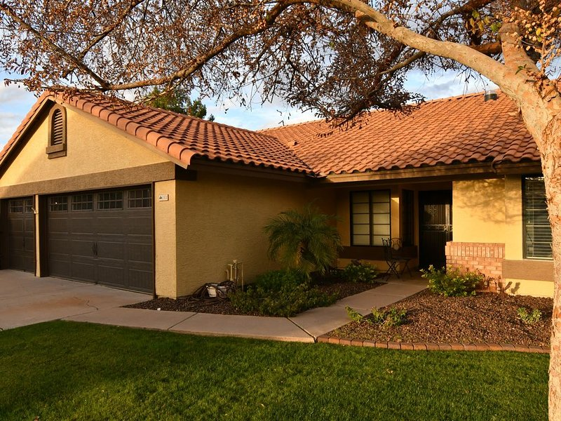 Stunning 4 bdr(2 masters) 1 Story Home w/Pool in Desirable Val Vista Lakes, vacation rental in Gilbert