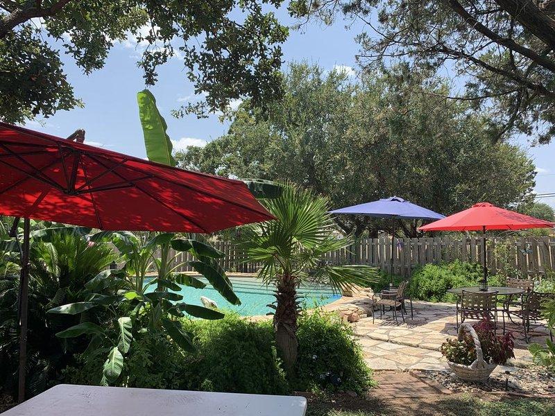 Texas Cabin w/ property  guest pool. W/ Lake access , outdoor kitchen. Sleeps 6., vacation rental in Buchanan Dam