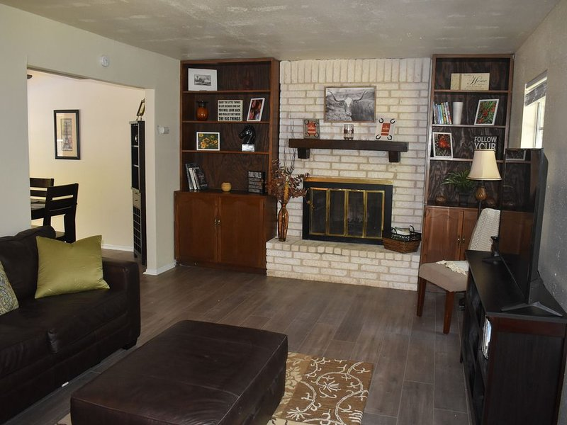 Home w/ Private Pool, close to Lackland, Sea World, Fiesta & Lake on wooded lot., alquiler vacacional en Lakehills