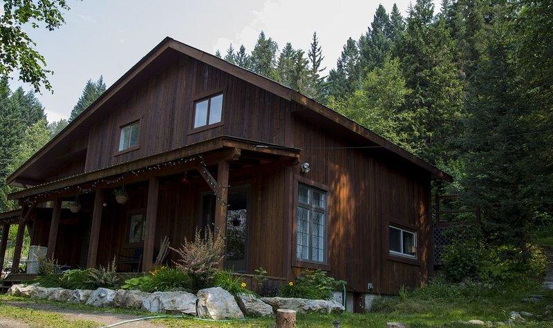 Creeky Cedars Suite Mountain Getaway - minutes from Golden, location de vacances à Golden