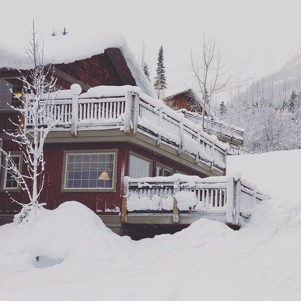 Family friendly 2 bedroom + 1 bath (sleeps 5) townhouse at Kicking Horse Mtn, location de vacances à Golden