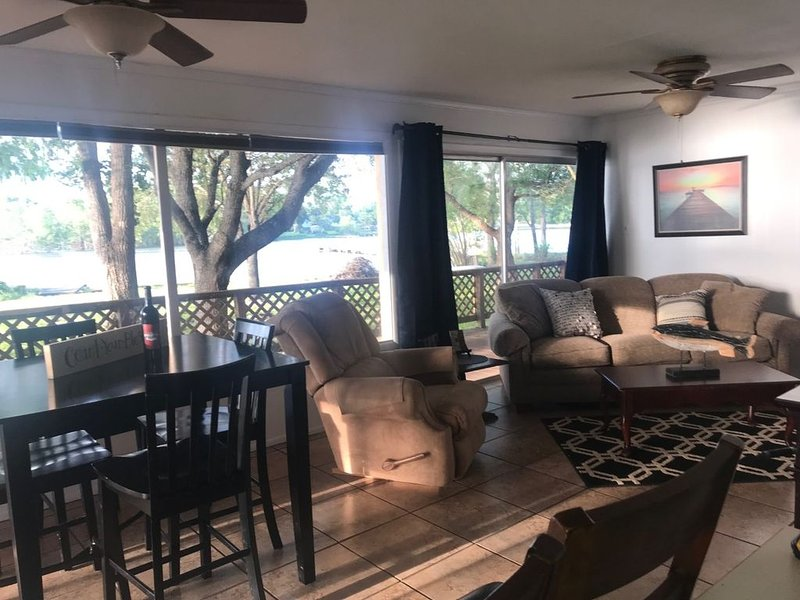 Cozy Waterfront Lake House, holiday rental in Sandia
