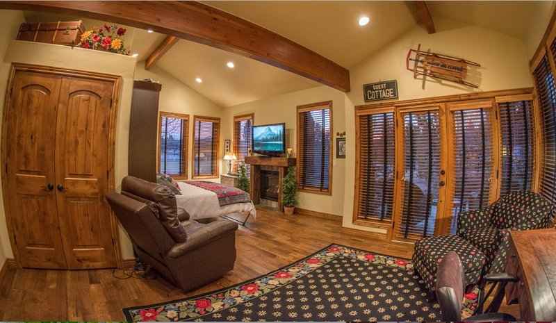 Romantic Columbine Cottage guest suite on gated private four acre horse ranch., holiday rental in Littleton