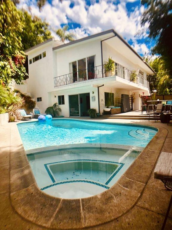 Poolside svit m / separat övervåningen king suite - modern, lyxig, avkopplande