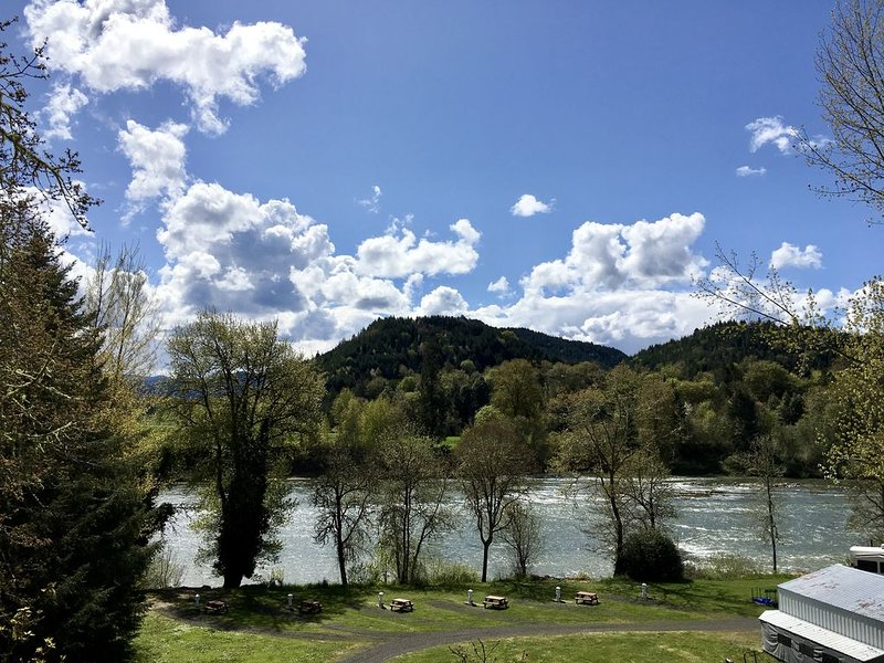 Burke's River View Vacation Rental Home, holiday rental in Umpqua