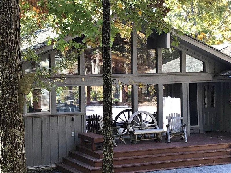 Tannenbaum Lake Front House, Sleeps 12, casa vacanza a Tumbling Shoals