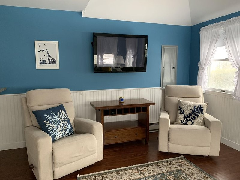 Walk to Nantasket Beach from this adorable fully furnished cottage, vacation rental in Hull