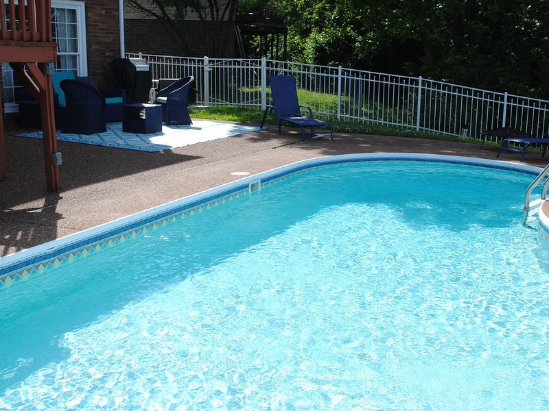 Spacious, beautifully designed, spectacular views, heated salt water pool., holiday rental in Gladeville